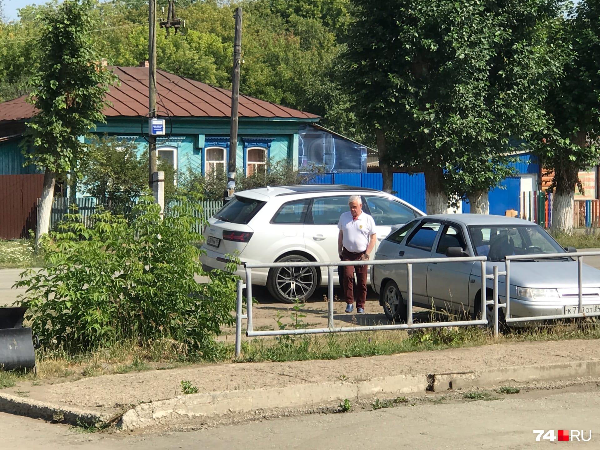 На заседания Андрей Косилов всегда ездит в качестве пассажира. Сегодня он сменил белый Lexus наAudi того же цвета