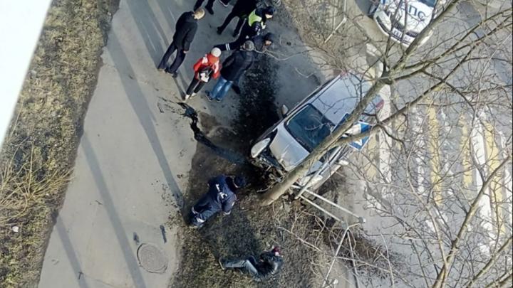 В Рыбинске пьяный водитель пробил забор и врезался в дерево у школы