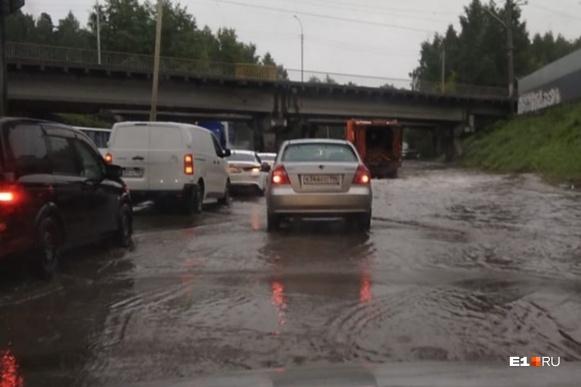На некоторых участках ливневки не справляются и дороги уходят под воду