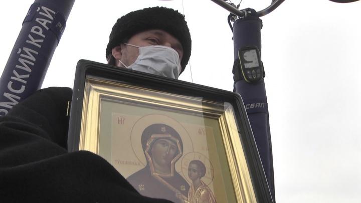 В Кунгуре священник облетел город на воздушном шаре и прочитал молебен от коронавируса. Видео