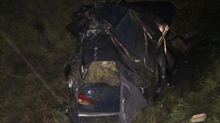 На кузбасской трассе грузовик смял «Волгу». Погибли два человека