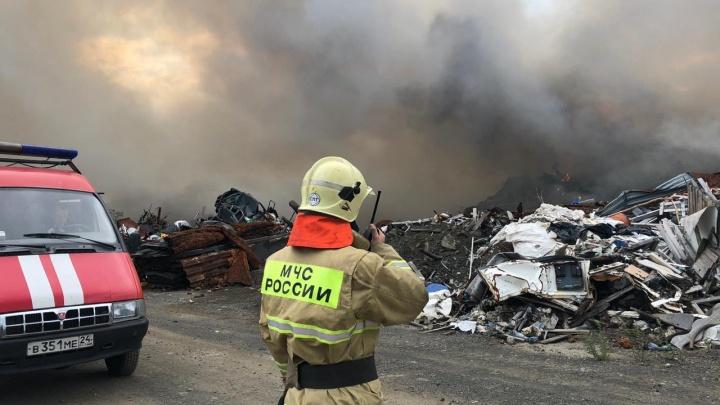 В Норильске загорелся полигон промышленных отходов на тысячу квадратов: шлейф дыма идет в тундру