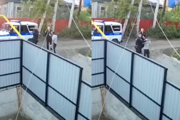 Мужчина вступил в перепалку с сотрудниками, за что его ударили и повалили на землю