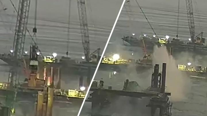 Появилось видео падения гусеничного крана на мосту у Климовки