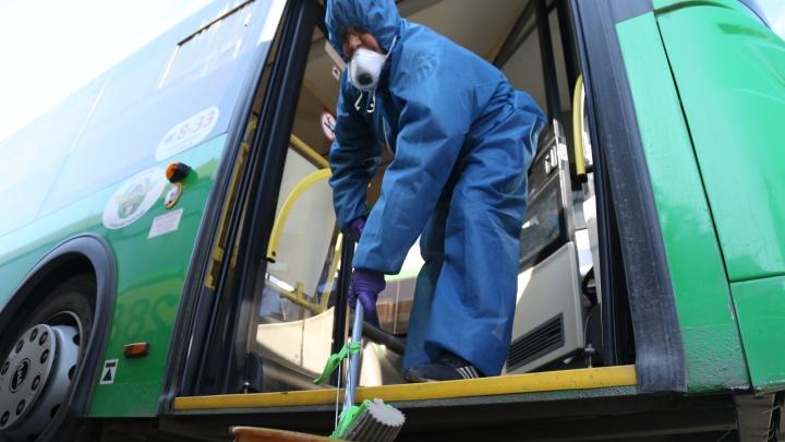 Без паники, двери отмываются. Смотрим, как в Челябинске пассажиров защищают от коронавируса