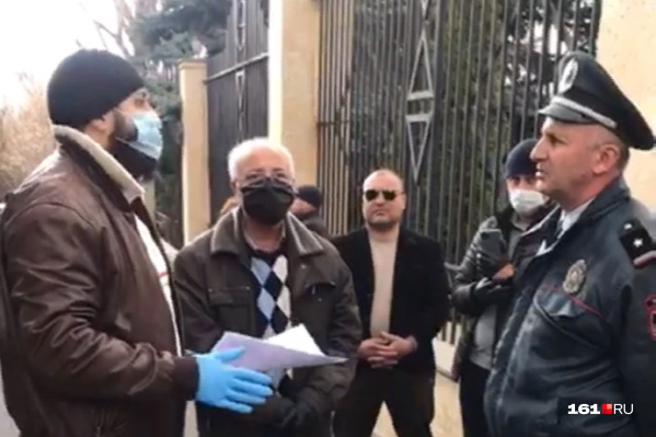 Граждане России регулярно обращаются в посольство, но конкретных мер там не принимают