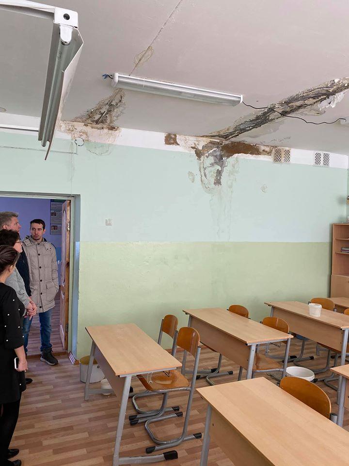 В школе есть протечки, что могло вызвать замыкание проводки. Но, по предварительной информации, причиной пожара стало не это