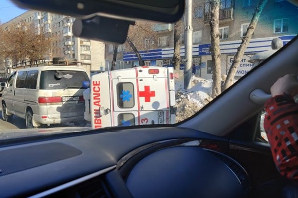 По словам очевидцев, карета скорой въехала в сугроб