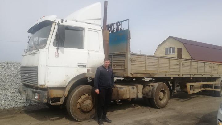 Тюменцу, застрявшему в поле на грузовике, помогли выбраться. Он сидел там десять дней