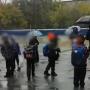 Из-за антикоронавирусных мер школьники в Челябинске промокли под дождём, ожидая учителя