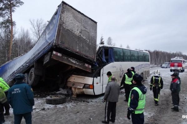 В аварии столкнулись сразудва большегруза, «Газель», автобус с юными спортсменами и легковушки