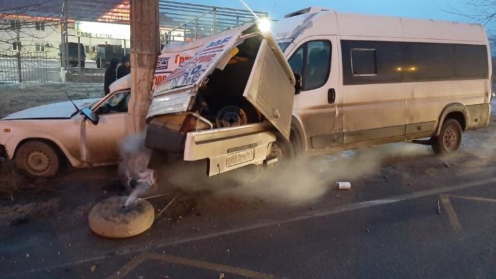 «От удара вырвало дверь, и пассажиры вылетели на улицу»: волгоградец рассказал об аварии с маршруткой