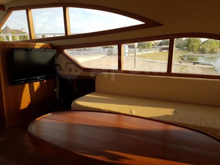 На яхте много света, поэтому салон выглядит живописно
