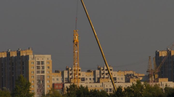 На площадке строительства «Арены Омск» появился кран