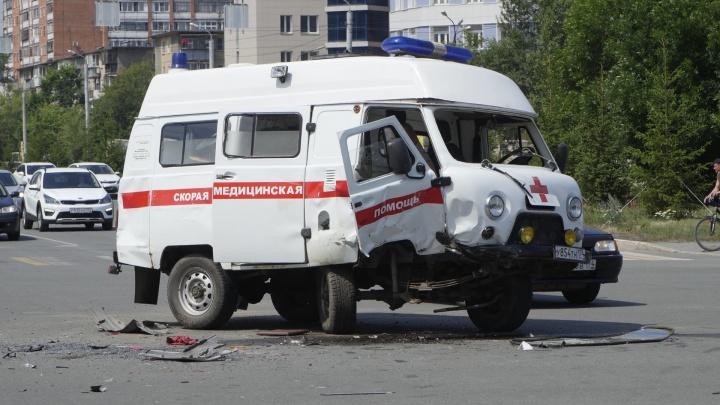 Авария с перевернувшейся скорой в Челябинске попала на видео