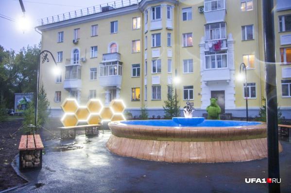 Этот фонтан появился на улице Ульяновых еще в сталинские времена. Сейчас его отреставрировали