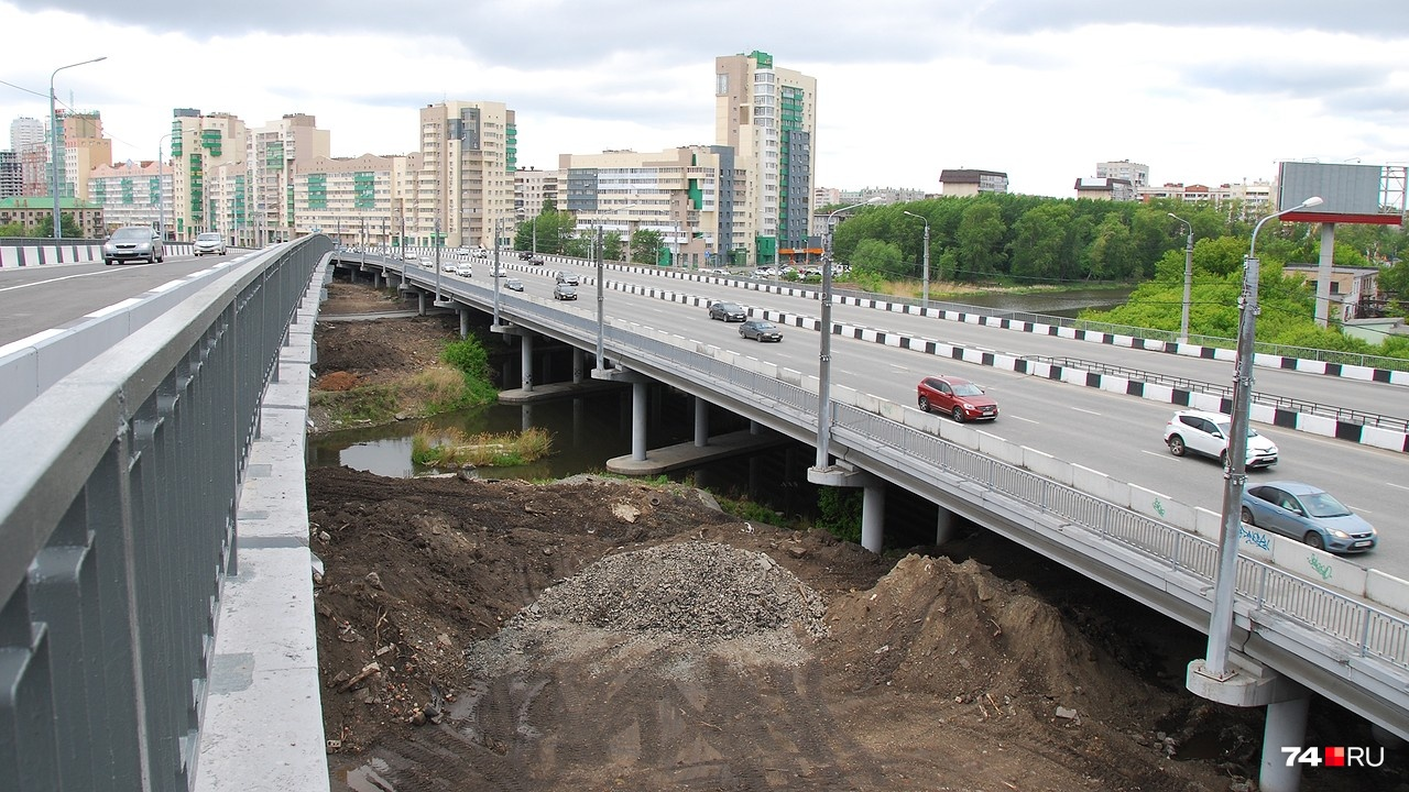 Работы ещё не закончены полностью, так что территория вокруг моста не совсем фотогеничная