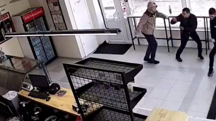 Полиция возбудила дело за нападение с ножом в магазине — подозреваемого нашли в его квартире