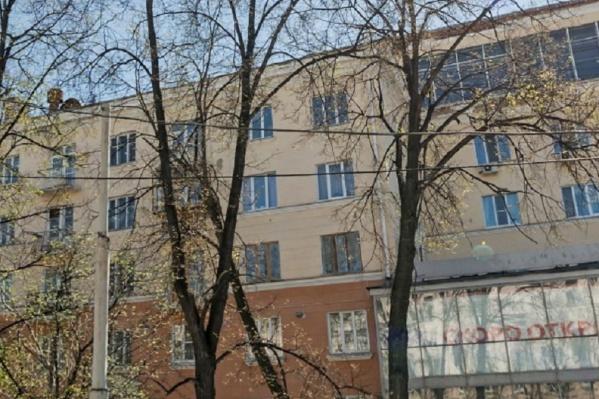 Жители сталинки в центре Екатеринбурга замерзают