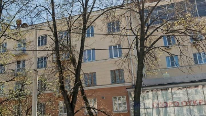 В центре Екатеринбурга люди сидят без отопления, потому что коммунальщиков не пускают в подвал