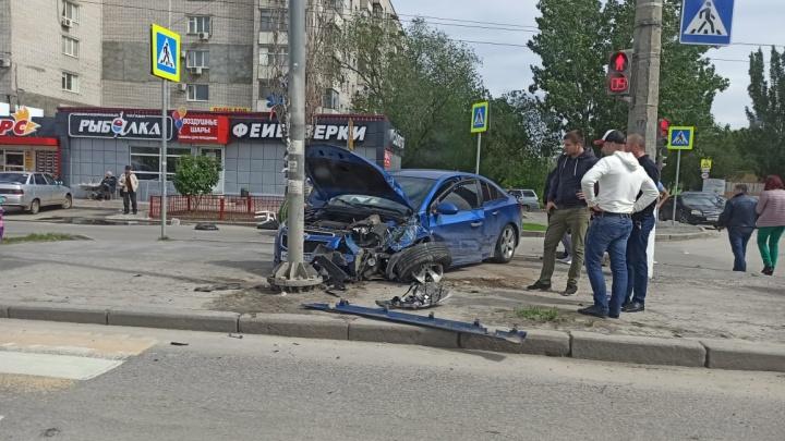 Решил проскочить: ДТП в центре Волгограда попало на видео