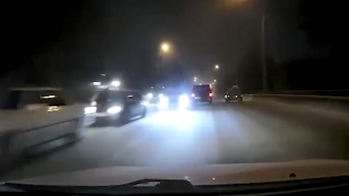 На Винаповском мосту провокатор выскочил на встречку и сбежал. Водитель-жертва врезался в ПАЗ и теперь виноват