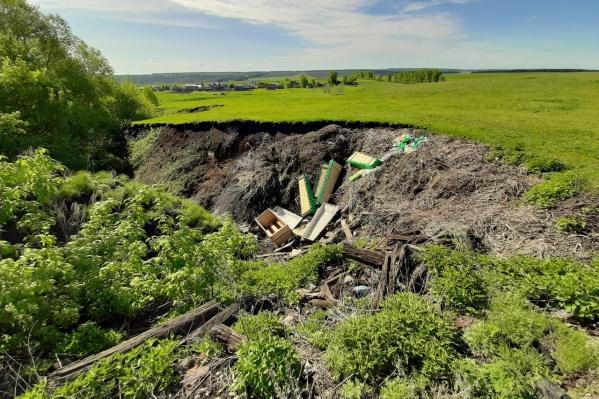 В овраге Руслан Нуртдинов насчитал 9 гробов