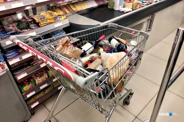 В последний вечер перед карантином многие телеги в супермаркетах выглядели, как будто новосибирцы готовятся к праздникам