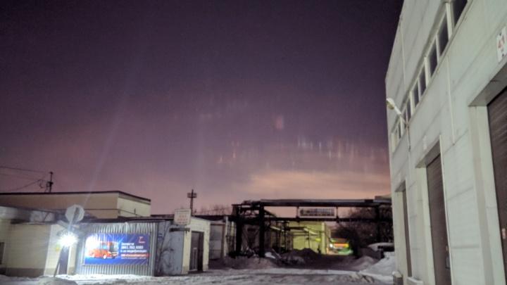 В утреннем небе Новосибирска заметили световые столбы — показываем фото, если вы проспали
