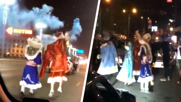 «Не дают спать». Танцы блогеров в новогодних костюмах посреди дороги закончились шумной вечеринкой у «Фан Фана»