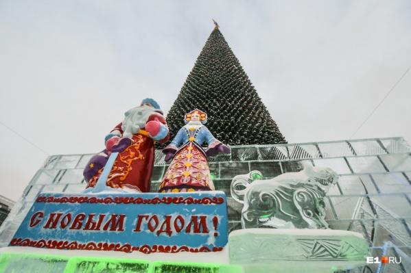 """Аренда елки на площади 1905 года стоила <nobr class=""""_"""">5 миллионов</nobr> рублей"""