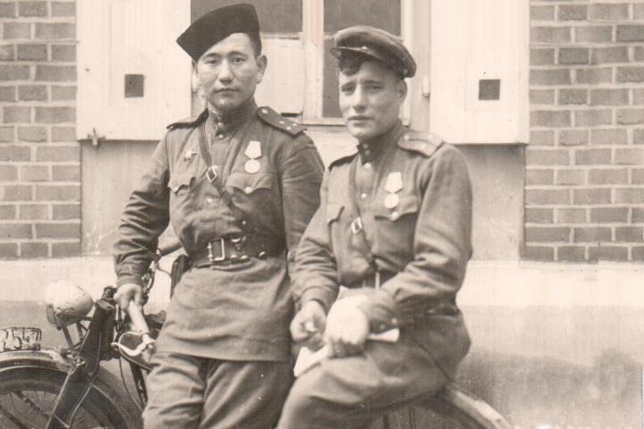 Слева на фото — Александр Дырхеев. Снимок сделан в Праге в мае 1945 года
