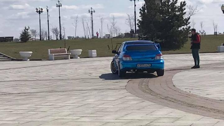 Ярославец припарковался в пешеходной зоне Стрелки: в ГИБДД рассказали, что ему за это будет