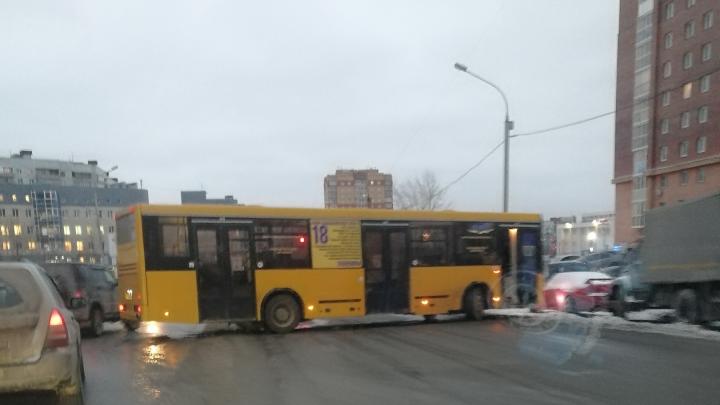 В Новосибирске автобус перекрыл движение из Родников в город