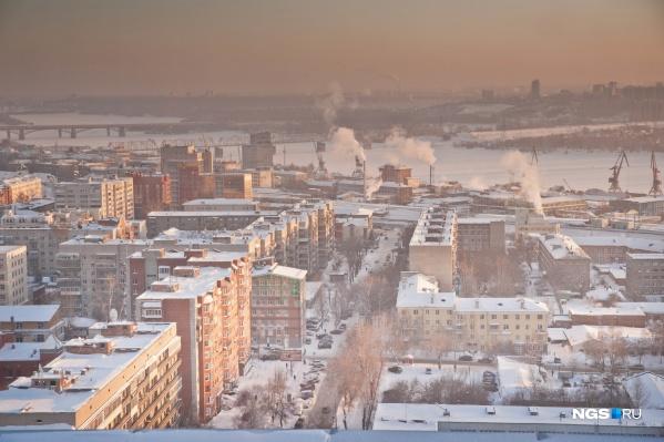 Жители разных районов Новосибирска продолжают жаловаться на неприятный химический запах и сильную дымку