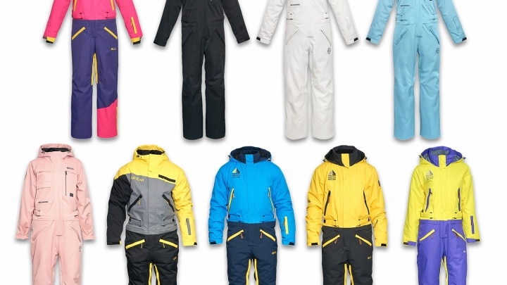Магазин в центре устроил распродажу ярких зимних курток и горнолыжной одежды