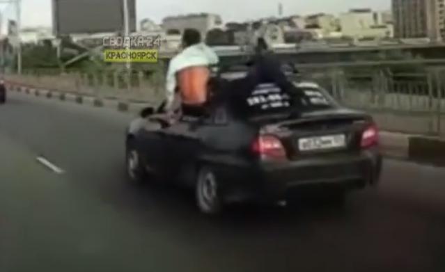 На Копыловском мосту пассажир «Приоры» на ходу высунулся по пояс из машины
