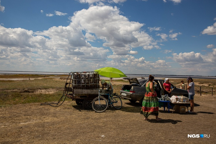 Местные жители организовали самодельный душ для туристов, желающих ополоснуться после солёного озера
