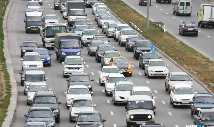 Автомобилисты встали в пробку в районе Бердска — затор растянулся на 10 километров