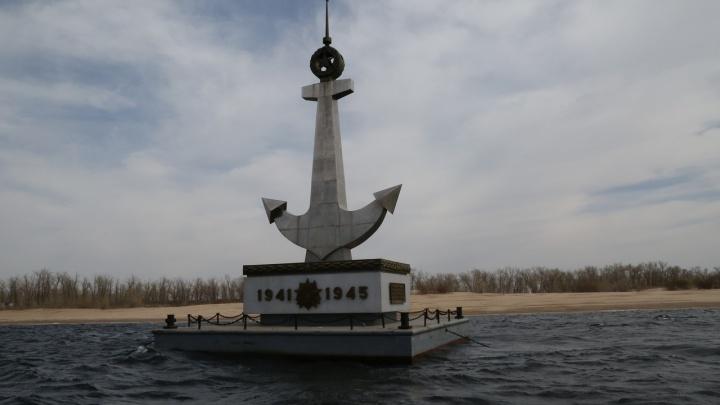 На Волге установили плавучий памятник морякам Волжской флотилии