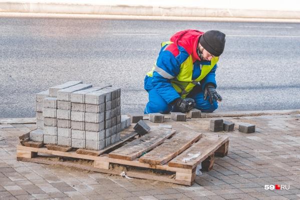 На нескольких улицах в центре Перми меняют плитку