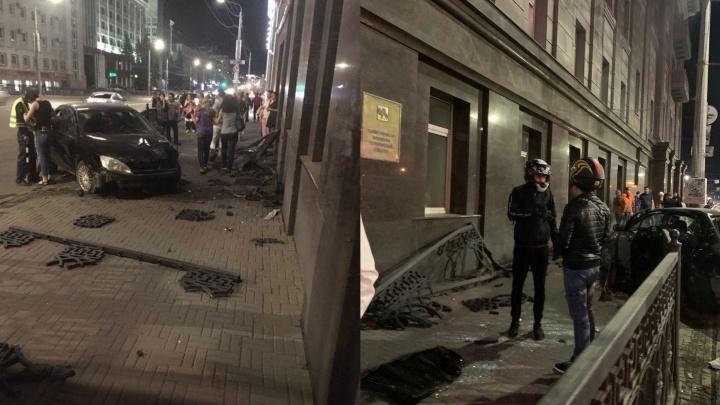 Иномарка разнесла чугунный забор и вылетела на тротуар на площади Революции в Челябинске