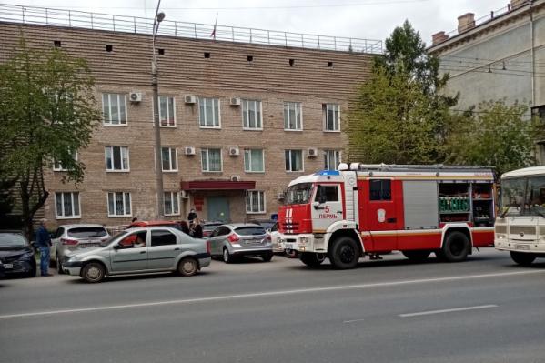 У суда Свердловского района стоит пожарная машина