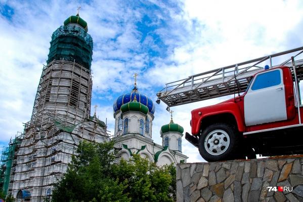 Одна из красивейших церквей Кыштыма — собор Рождества Христова — соседствует с пожарной частью. Сейчас храм реконструируют