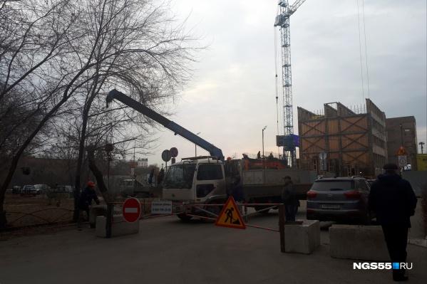 Бетонные блоки и шлагбаум на участке появились только 6 ноября