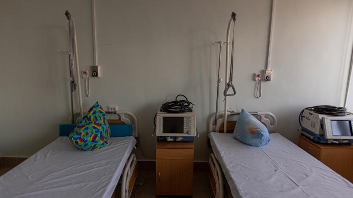 Почти 500 человек лежат в больницах с признаками COVID-19. Они не попали в официальную статистику