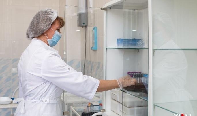 «Прививки делают в отдельном кабинете»: волгоградский облздрав рассказал о работе поликлиники с огромными очередями