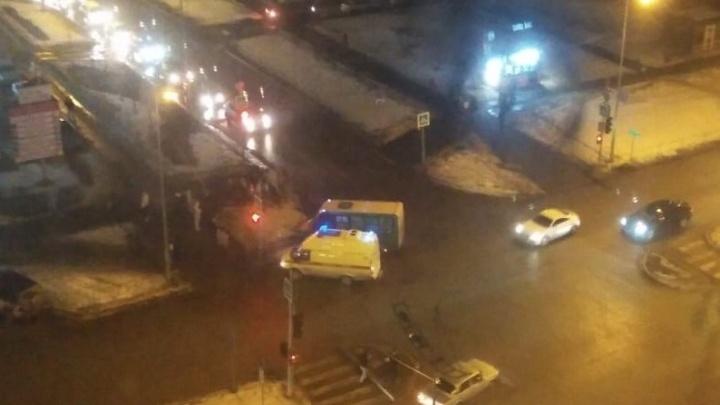 Маршрутка столкнулась с «Жигулями» на перекрестке на улице Карнацевича