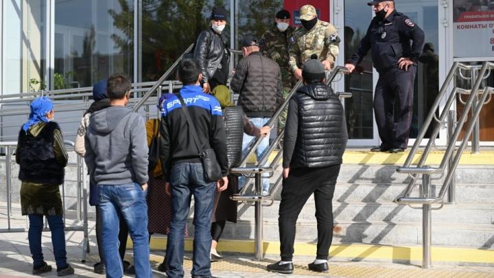 «На днях приедут еще около 150 человек»: сотни узбеков стекаются на вокзал в Волжском