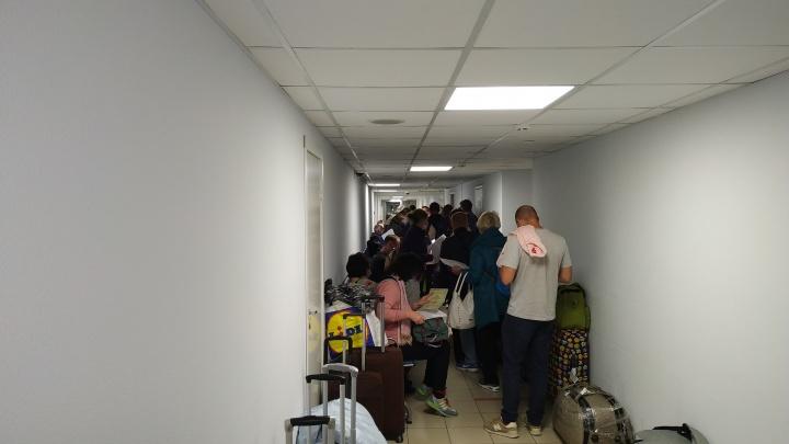 В аэропорту «Толмачёво» собралась очередь из сдающих тест на ковид